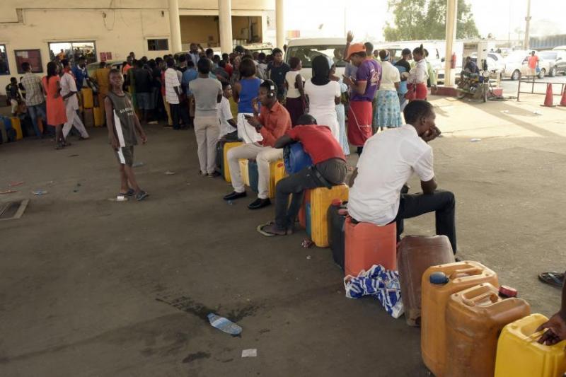 nigeria-lagos-fuel-station-line