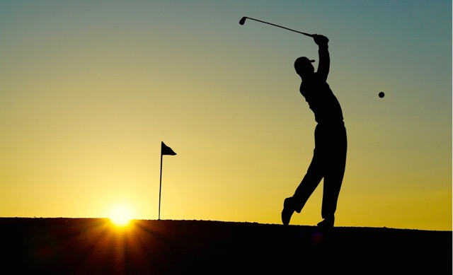 silhouette-of-man-playing-golf-during-sunset-33478